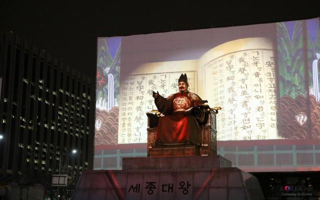 Celebrazioni dell'Hangeul day di fronte la statua di re Sejon (foto da seoulsync)