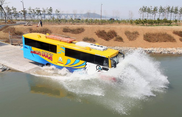 bus anfibio sul canale Ara (da rainews)